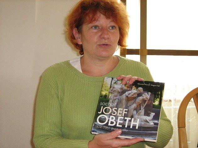 Ředitelka Bohumila Tinzová představí knihu Sochař Josef Obeth veřejnosti poprvé ve středu 15. října na vernisáži v jesenickém archivu.
