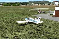 Přistávací dráha a věž letiště šumperského aeroklubu.