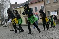 Největší atrakcí ľoňského závodu čtyžspřeží s lidskou posádkou, která se tradičně koná na Masarykově náměstí v Zábřehu, byl tým Kokosy na dlažbě.