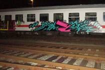 Počmáraný vlak na nádraží v Šumperku