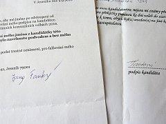 Vlevo je pravý podpis Jany Fantové, vpravo zfalšovaný
