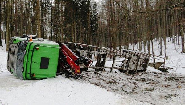 Řidič nákladního vozu havaroval uJavorníku.