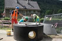 Stavba kanalizace v Hanušovicích v ulicích Pod Lesem a Na Holbě.