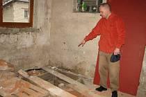 Starosta Josef Fojtek ukazuje místo, kde bude stát kotel, který bude teplem zásobovat radnici i školku.