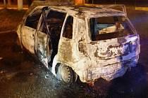 Auto, které shořelo v Mohelnici.