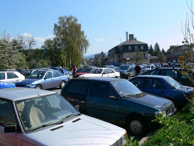 Parkoviště u Šumperské nemocnice přes den doslova praská ve švech.
