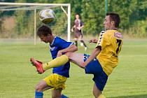 Fotbalisté Litovle porazili v předehrávce Šternberk (v modrém)