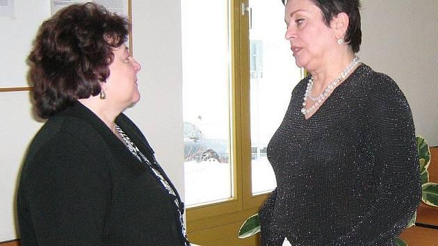 Helena Raidová (vpravo) se svou obhájkyní na chodbě jesenického soudu