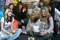 Studenti Obchodní akademie Šumperk se do sbírání uzávěrů zapojili s nadšením, výsledkem jsou plné pytle.