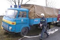 Stařičká avie je hasičům mimo dosah vody k ničemu. Nemá cisternu.