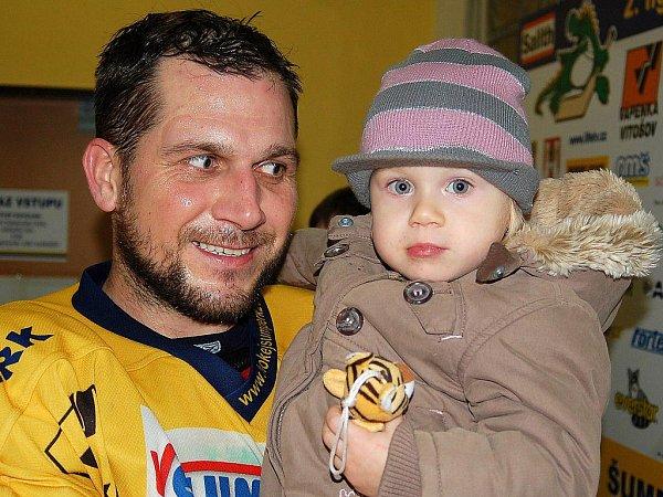Aleš Holík na poměrně nedávné fotce pořízené před šatnou na zimním stadionu se svou dcerkou