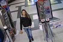 Pachatelka, která okradla zákaznici v šumperském obchodním centru.