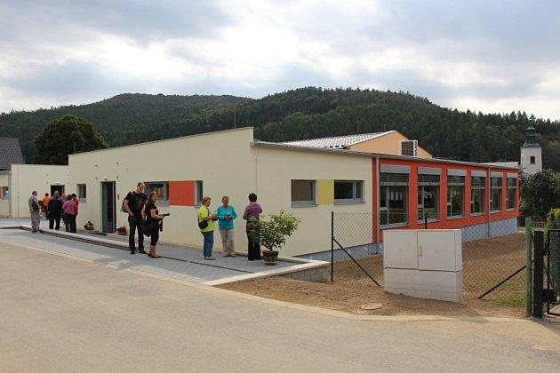 Zbrusu novou mateřskou školku dostaly ve středu 23. září děti z Lesnice. Je postavená modulovým kontejnerovým systémem a vyrostla za necelé tři měsíce. Pomůže vyřešit problém s nedostatkem kapacity, který v Lesnici řešili už dlouho.