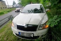 Řidič felicie, který vyjížděl z účelové komunikace na Zábřežskou ulici v Hanušovicích, přehlédl ve čtvrtek 2. června octavii, tkerá přijížděla po hlavní silnici. Obě auta se poté střetla.
