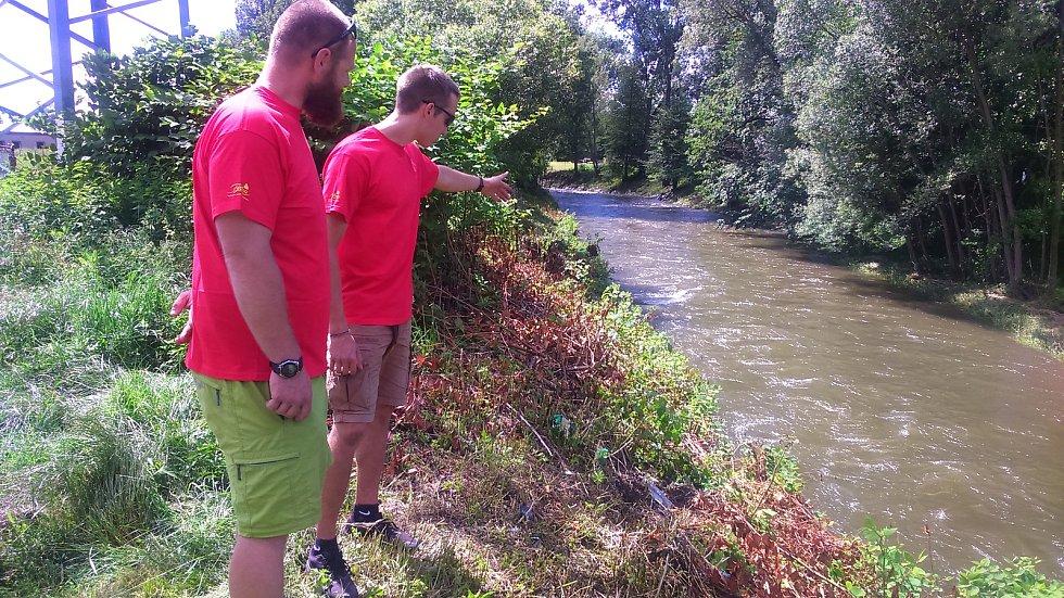 Vodáčtí instruktoři Honza Linhard a Adam Štěpán v místě, kde zachránili člověka z rozvodněné řeky Desné.