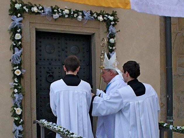 Pečlivě nazdobenou bránu Roku milosrdenství otevřel do Královské kaple velehradské baziliky pomocný olomoucký biskup Josef Hrdlička. Branou i kaplí prošlo tam i zpět téměř 68 tisíc lidí.