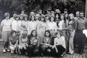 Kolektiv učnic. Fotografie z poloviny 70. let. Pro podnik se vté době vŠumperku učily dvě třídy po třiceti žačkách.