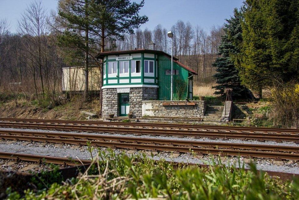 V neděli po poledni je na mikulovickém nádraží klid. Vlaky odtud jezdí jen jednou za dvě hodiny. Času na průzkum nádraží máme dost.