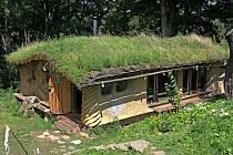V zaniklé osadě nad Uhelnou vznikl po desítkách let nový dům. Cihly a beton zde ale nehledejte. Stavba zvaná Hobitín vznikla z přírodních materiálů.