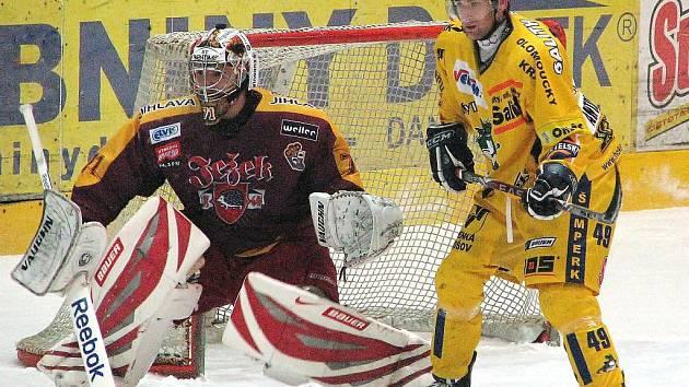 Na snímku z listopadového utkání Draků s Duklou je šumperský forvard Radim Antonovič před gólmanem Řehořem