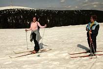 Ilustrační snímek lyžařů na Ovčárně