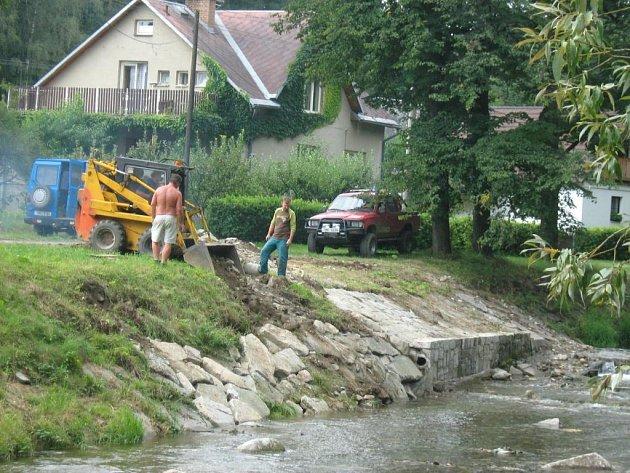 Ve Velké Kraši se v těchto dnech pustili do likvidace škod, které zde napáchala loňská povodeň.