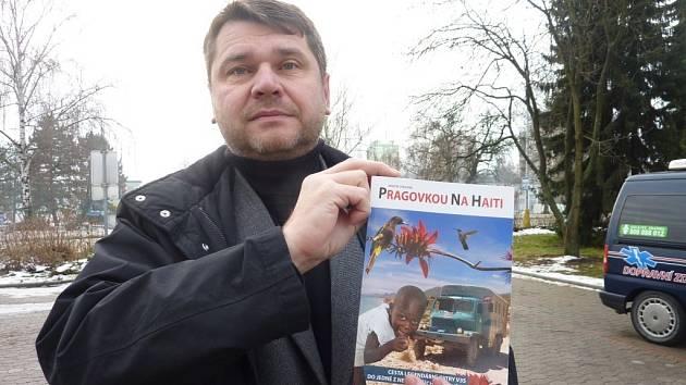 Zábřežský filmař Martin Strouhal se svou knížkou o misích na Haiti.