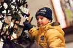 Na Hlavní třídě v Šumperku u knihkupectví Tón stojí stromeček, na kterém místo baněk přáníčka dětí ze šumperského centra Pavučinka, které zastřešuje dětský domov a kojenecký ústav