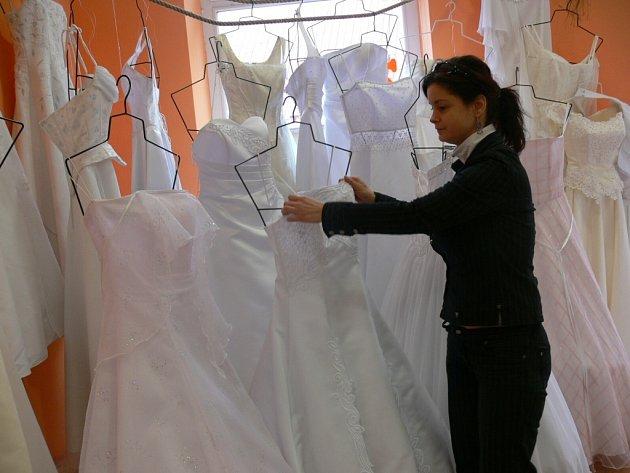 Velmi napilno mají před blížící se třísedmičkovou sobotou také majitelé půjčoven svatebních šatů.