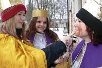 Skupinka tříkrálových koledníků v Postřelmově na Šumpearsku.
