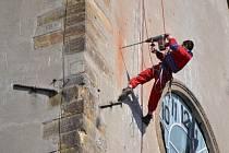 Dominantu Mohelnice – městskou věž u kostela svatého Tomáše z Canterbury – ukrývá lešení kryté modrou plachtou.