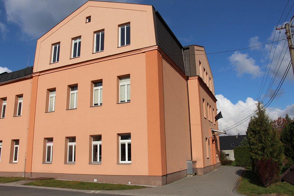 Černý prapor vlaje na základní škole v Adolfovicích, kterou tragicky zesnulý mladík navštěvoval.