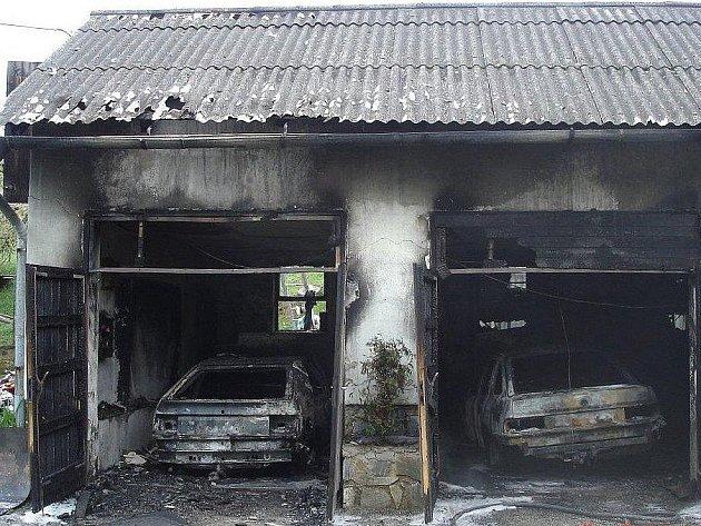 Garáže s auty po požáru