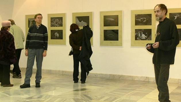 Akademický malíř Miroslav Koval (vpravo) uvedl výstavu Ateliéru 193.