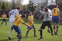 Fotbalisté Mohelnice porazili ve středeční dohrávce Litovel (žluté dresy)