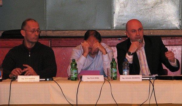 Odvolat starostu Mohelnice Antonína Navrátila zfunkce se 27.února neúspěšně pokusili opoziční zastupitelé zřad Nezávislých. Návrh na odvolání přednesl Jiří Hanák, Navrátilovou nástupkyní ve funkci se měla stát Jana Zwyrtek Hamplová.