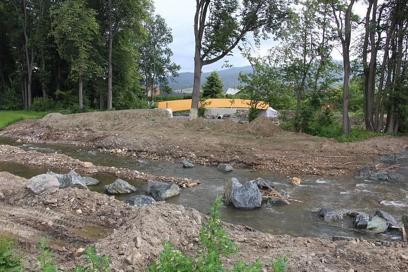 Stavba protipovodňových opatření na řece Desné - lokalita u obtokového koryta mezi Rapotínem a Vikýřovicemi.