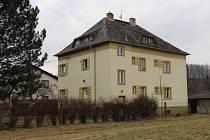 Budova bývalé hygieny poblíž muzea silnic v jižní části Vikýřovic. Obec ji chce rekonstruovat na mateřskou školku.