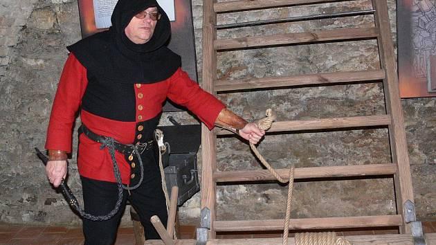 Hlas nechvalně proslulého inkvizitora Bobliga provází novou expozicí Čarodějnické procesy, kterou otevřelo město Šumperk ve sklepení Geschaderova domu