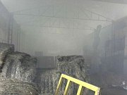 Požár průmyslové haly plné slámy a pelet v Javorníku