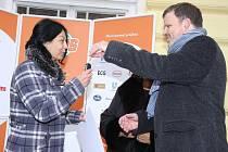 Ředitelka šumperské základní školy Pomněnka přebírá klíče od nového vozu