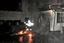 K požáru unimobuňky, která funguje jako přístavba pekárny, vyjížděli v sobotu 1. června hasiči do Libiny.
