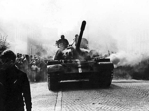 Tanky polské armáry se do centra Šumperku nedostaly. Zabránil jim v tom dav lidí.