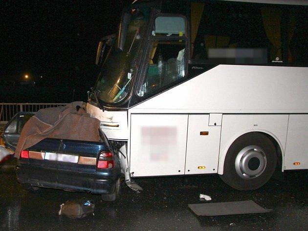 Čtyři lidé zemřeli po srážce osobního auta se zájezdovým autobusem, která se stala v sobotu 17. září po devatenácté hodině na průtahu Zábřehem.