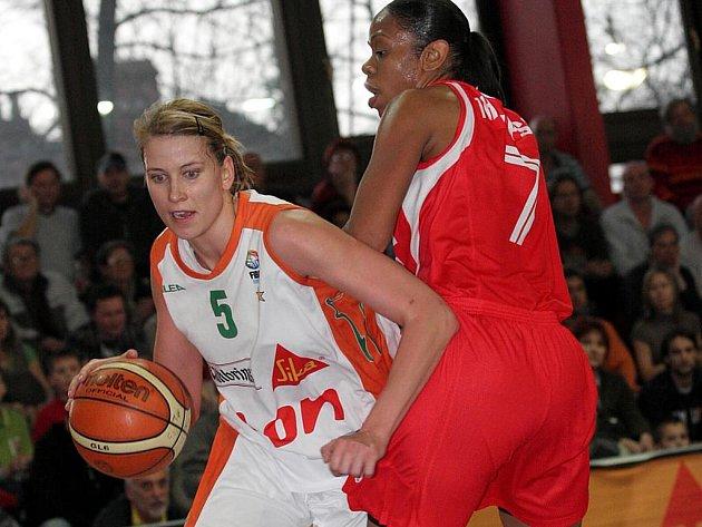 Ivana Večeřová (s míčem) získala další titul do sbírky.