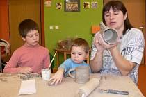 Volnočasové aktivity přichystali zaměstnanci Vily Doris na každý den jarních prázdnin. V pondělí se z dětí stali hrnčíři.