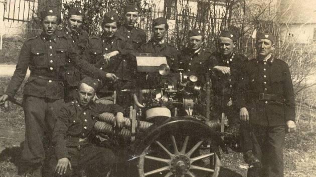 Dobrovolní hasiči v Hrabišíně mají stodvacetiletou tradici. První dobrovolný sbor byl založený v místní části  Dolní Olešná v roce 1889. Historický snímek z doby založení jednotného hasičské sboru pro celou obec v roce 1951