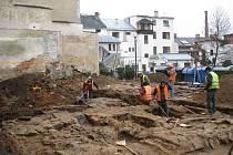 Část městských hradeb odkryli archeologové při průzkumu v Radniční ulici.