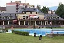 Terasa restaurace na koupališti v Jeseníku není ve večerních hodinách z areálu plovárny přístupná.