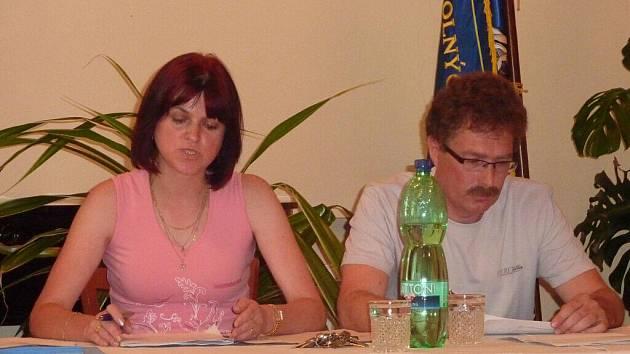 Starostka Leštiny Jana Řeháková (nez.) a její zástupce Zdeněk Šebesta (nez.) při rušném jednání zastupitelstva 12. července 2010